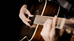 cum-invatam-corect-sa-cantam-la-chitara